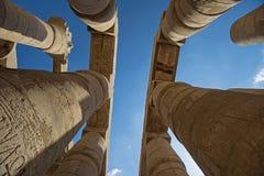Découpages hiéroglyphiques égyptiens antiques sur des colonnes dans le temple photo libre de droits
