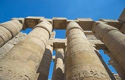 Découpages hiéroglyphiques égyptiens antiques sur des colonnes dans le temple images stock