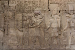 Découpages hiéroglyphiques sur les murs extérieurs du temple égyptien Image stock