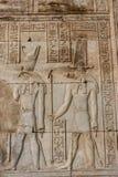 Découpages hiéroglyphiques sur les murs extérieurs du temple égyptien Photographie stock libre de droits