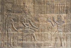 Découpages hiéroglyphiques sur un mur égyptien de temple Images stock