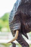 découpant des éléphants en bois Photos libres de droits