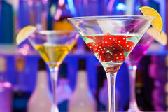 Découpe en verre de cocktail avec la chaux et le dos de barre dessus Photos stock