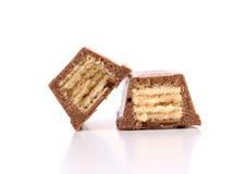 Découpe la barre en tranches de gaufrette du chocolat. Fin. Photographie stock