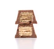 Découpe la barre en tranches de gaufrette du chocolat. Fin. Images stock