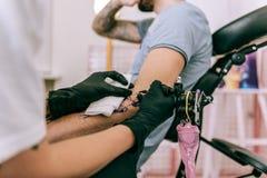 Découpes remplissantes d'artiste ordonné précis de tatouage des travaux récents image stock