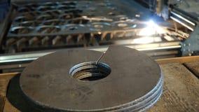 Découpeuse découpant des modèles sur la plaque d'acier clip Plaques de métal de coupe par le laser images stock