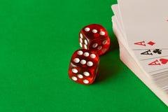 Découpez et en jouant des cartes sur la table verte Concept de jeu gibiers images libres de droits