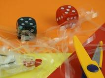Découpez la bande-gomme de ciseaux sur un rouge orange une table colorée jaune de ND images libres de droits