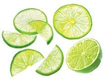 Découpez la chaux en tranches verte juteuse d'isolement sur le fond blanc photo libre de droits