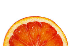 Découpez le plan rapproché en tranches orange rouge sur le fond blanc ce chemin de coupure Image libre de droits