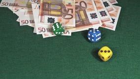 Découpez le roulement sur le fond vert avec 50 factures d'euros banque de vidéos