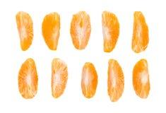 Découpez les sections en tranches de la mandarine d'isolement au-dessus du fond blanc Photo libre de droits
