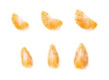 Découpez les sections en tranches de la mandarine d'isolement au-dessus du fond blanc Photos stock