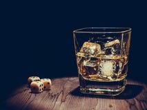 Découpez près du verre de whiskey sur la vieille table en bois, concept de jeu Photo libre de droits