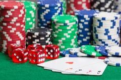 Découpez, quatre as et jetons de poker colorés sur un feutre vert Image libre de droits