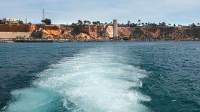 Découverte après le passage d'un yacht ou d'un bateau sur l'eau Mousse de mer blanche du moteur du navire Contre banque de vidéos