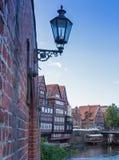 Découvrez le lunebeurg 04 - de vieilles maisons de ville et une lampe images libres de droits