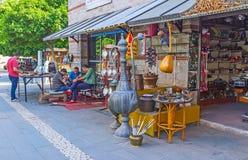 Découvrez le marché d'ustensiles en métal à Antalya photos libres de droits