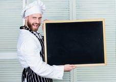 Découvrez le meilleur programme d'enseignement Cuisinier principal donnant le cours de cuisine Éducation de la cuisson et de la p images libres de droits