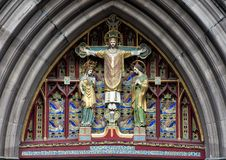 A décrit une vue de plan rapproché de ` le Christ dans le ` de majesté, au-dessus de l'entrée principale de l'église épiscopale d images libres de droits