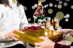 Décrivez montrer le groupe d'amis donnant et recevant Noël Photo libre de droits