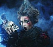 Décrivez une belle femme d'imagination avec le crâne Une grande toile d'araignée avant de lune lumineuse étrange Photo stock