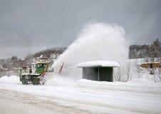 Dédouanement de la neige sur la route. photographie stock libre de droits