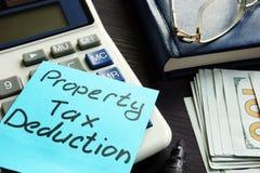 Déduction d'impôt foncier écrite sur un label image stock