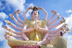 Déesse bouddhiste de bras de Guanyin 18 dans un temple en Thaïlande Photographie stock libre de droits