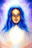 Déesse de femme avec de longs cheveux bleus et lumière blanche, oeil bleu spirituel, contact visuel Images libres de droits