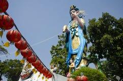 Déesse de statue de Guan Yin de pitié au temple de Wat Chong Lom dans Samut Sakhon, Thaïlande photo libre de droits