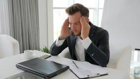 Défaite dans l'affaire d'affaires, désespoir d'homme d'affaires Working sur l'ordinateur portable dans des bureaux, clips vidéos