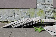 Défaut de construction : les tuiles est tombées d'un mur Photos libres de droits