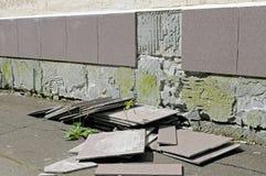 Défaut de construction : les tuiles est tombées d'un mur Photo libre de droits