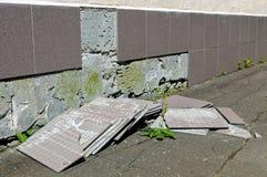 Défaut de construction : les tuiles est tombées d'un mur Photos stock