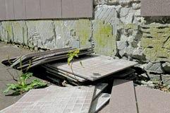 Défaut de construction : les tuiles est tombées d'un mur Images libres de droits
