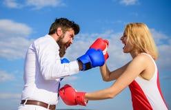 Défendez votre avis dans la confrontation Couples dans le combat d'amour Relations et vie de famille en tant que lutte quotidienn image stock
