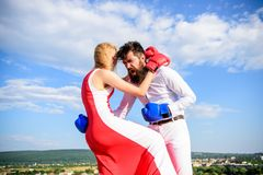 Défendez votre avis dans la confrontation L'homme et la femme combattent le fond de ciel de gants de boxe Attaque femelle Cours d image libre de droits