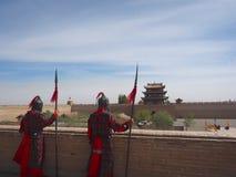 Défenseur dans la porte de Jiayuguan, Chine Photo stock
