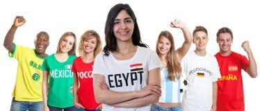 Défenseur du football d'Egypte avec des fans d'autres pays photos stock