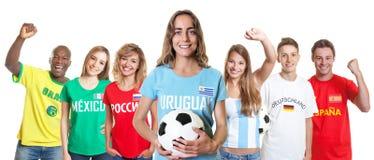 Défenseur du football d'Uruguay avec des fans d'autres pays photos libres de droits