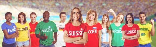 Défenseur du football de Suisse avec des fans d'autres pays à s image libre de droits