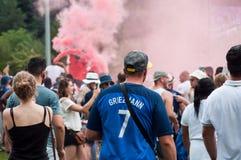 Défenseur français du football avec le tee-shirt de Griezmann du numéro sept Photos libres de droits