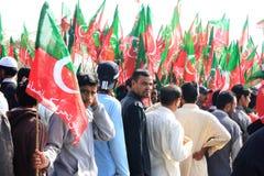 Défenseurs de PTI écrivant le rassemblement dans la Karachi, Pakistan photo stock