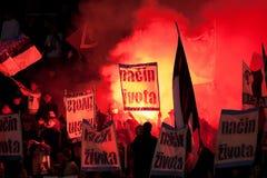 Défenseurs du football avec les torches allumées Images stock
