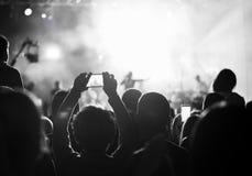 Défenseurs enregistrant au concert, noir et blanc Photos stock