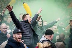 Défenseurs enthousiastes du football Photo stock