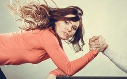 Défi de bras de fer entre de jeunes couples Photo stock
