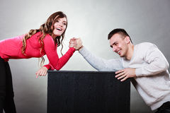 Défi de bras de fer entre de jeunes couples photographie stock